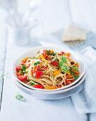 Spaghetti mit Chorizostreifen und Tomaten