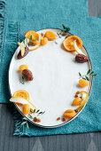 Stillleben mit Trockenobst auf ovalem Teller