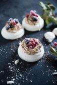 Vegane Pavlova aus Aquafaba mit Kaffeebuttercreme und gefrorenen Beeren