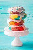 Regenbogen-Donuts mit Zuckerglasur, gestapelt