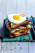 Doppeldecker Toast-Sandwich mit Steak und Spiegelei