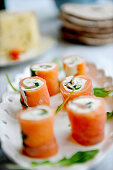 Salmon rolls with rocket and cream cheese