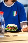 Frau mit Süsskartoffel-Burger