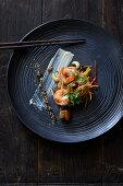 Wasabi-Garnelen auf asiatischem Gemüse