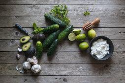 Zutaten für Tzatziki mit Avocado und Kräutern