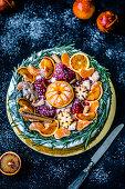 Weihnachtsteller mit Früchten und Keksen
