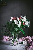 Blumenstrauss in Glasvase auf Marmortisch