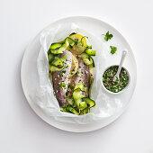 Seehecht mit Zucchini und Zitrone en papillote, dazu Salsa verde
