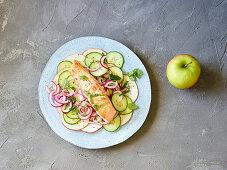Lachs auf Gurken-Apfel-Salat