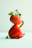 Stapel aus Tomate, roter Paprika und Chilischote