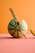 Aufgeschnittene Melone mit Messer