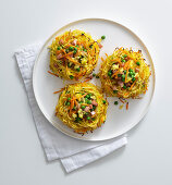 Gratinated tagliolini nests with peas, carrots and scrambled eggs