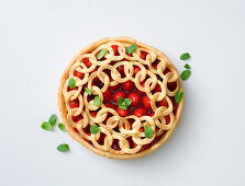 Strawberry pie with a crispy chain topping