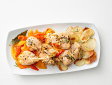 Pepper chicken with rosemary and potato chips