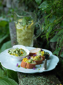 Bruschette with herb quark and edible flowers