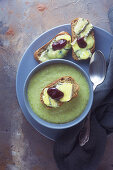 Broccoli soup with gorgonzola croutons