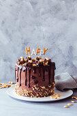 Erdnuss-Schokoladentorte dekoriert mit dem Wort 'Happy'