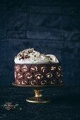 Biskuitrollenkuchen mit Schokolade und Minzcreme