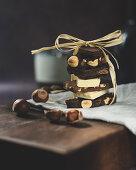 Verschiedene Schokoladenstücke, gestapelt und zusammengebunden