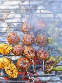 Hackbällchen-Kebabs auf dem Grill