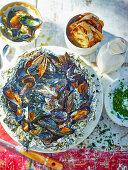 Gegrillte Miesmuscheln mit Petersilie in Alufolie