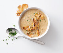 Creamy chanterelle soup with toasted bread