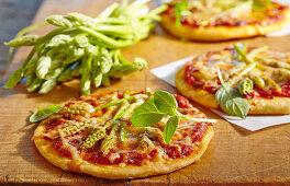 Mini pizzas with wild asparagus and basil
