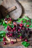 Kirschen in einem Drahtkorb