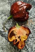 Eine Chocolate Scorpion Chilli, halbiert