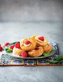 Choux-Donuts mit Himbeeren (Italien)