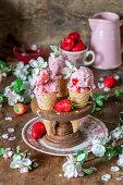 Erdbeereis in Waffeltüten