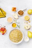 Zutaten für gesundes Frühstück: Haferflocken, Birnen und gelben Kirschen mit Honig