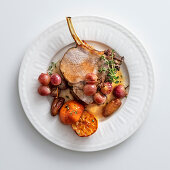 Veal steak with grapes, clementines and dates