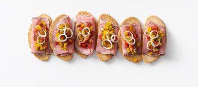 Roast beef crostini with bell pepper tartare