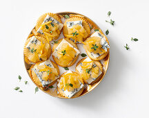 Crackers with pear chutney and gorgonzola