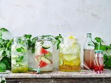 Verschiedene sommerliche Erfrischungsgetränke