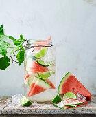 Wassermelonen-Limetten-Wasser mit Eiswürfeln