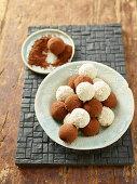 Profiteroles de coco (coconut pralines, Cameroon)