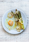 Oven-baked green asparagus with a fried egg