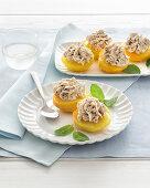 Pochierte Pfirsiche mit Amarettini-Schoko-Creme