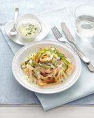 Möhren- und Zucchininudeln mit Kurkuma-Joghurtsauce