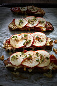 Toasted bread with cheese, bacon, apple and thyme