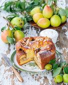 Biskuitkuchen mit Birnen und Mandelblättchen