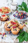 Muffins mit Quarkfüllung und Sommerbeeren