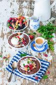 Heisse-Schokolade-Kuchen mit Beeren und Eis