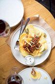 Kartoffelchips mit Hackfleisch und Jalapenos im Restaurant