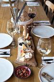 Snackplatte und Wein auf Holztisch