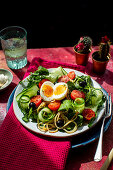 Spaghetti mit fresh cucumber, tomatoes and olives