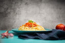 Spaghetti mit Tomatensauce und Kräutern auf Teller