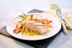 Steamed salmon with prawns, rice and vegetables